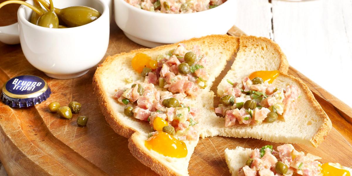 Koptartaar met pickles en getoast wit brood & Brugge Tripel