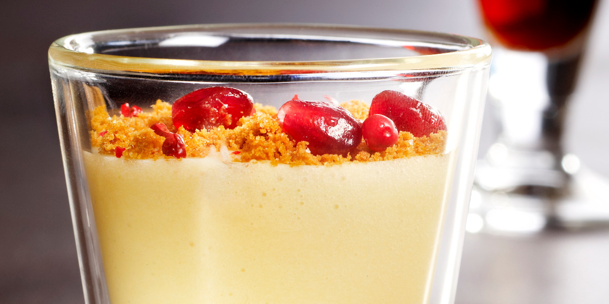 White chocolate mousse with pomegranate and crumble of speculaas & Cuvée Delphine