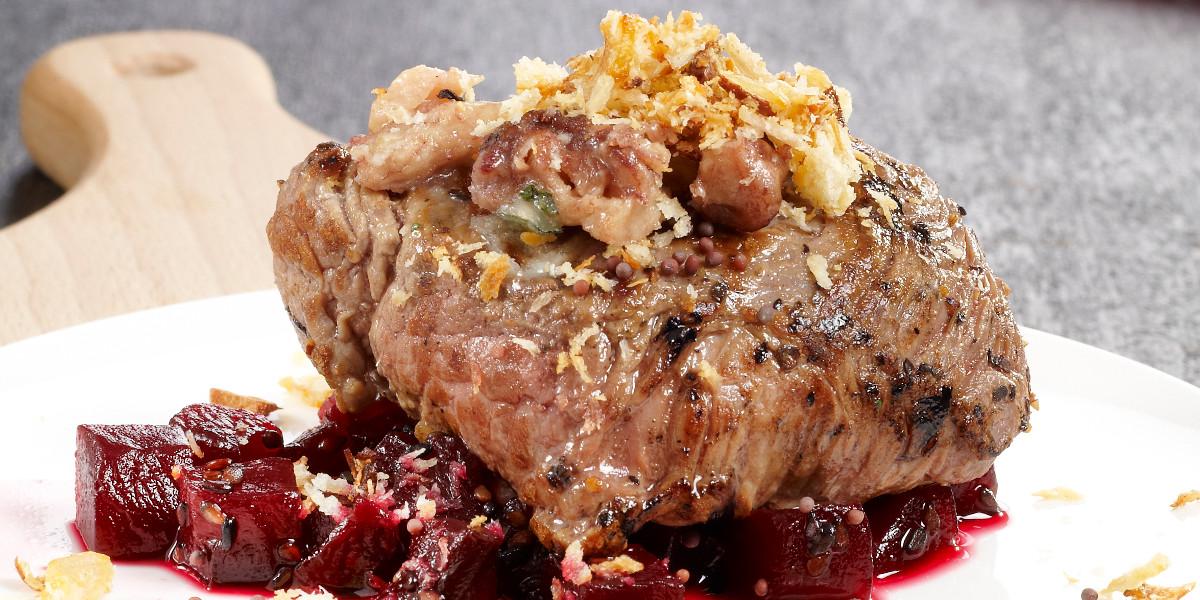 Gegrilde steak met rode wijn, rode biet, sjalotcrumble & Adriaen Brouwer Oak
